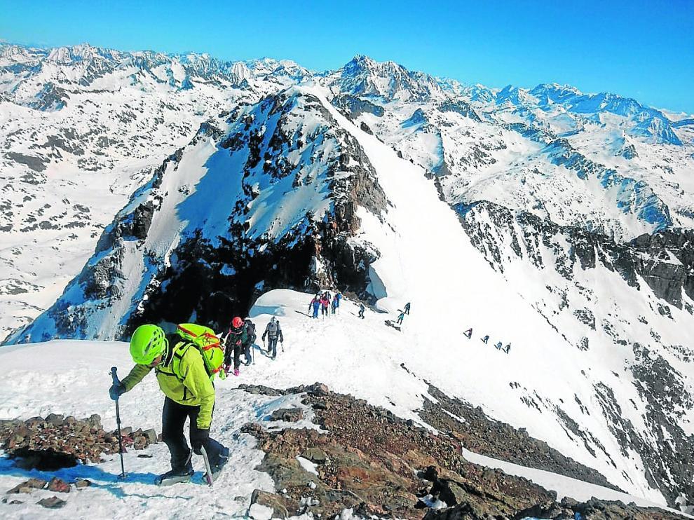 Los esquiadores de montaña del Peña Guara, en la llegada a una de las cumbres de los Infiernos.