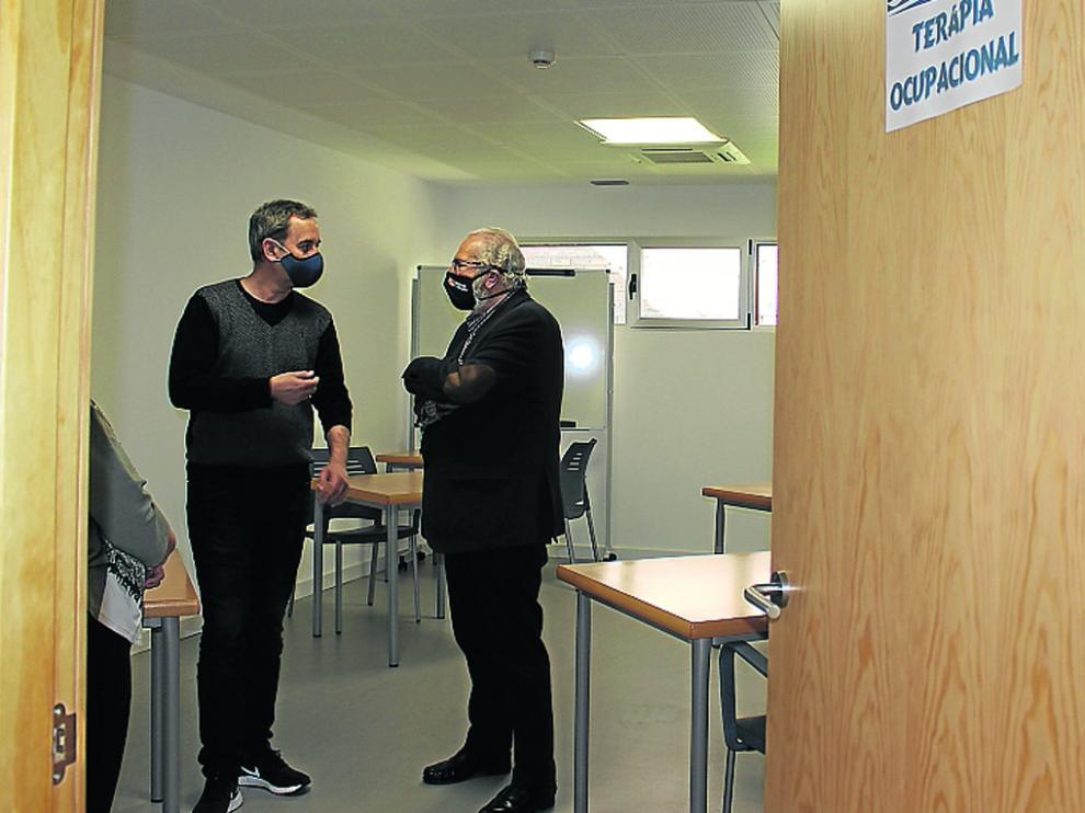 Alfonso Adán, alcalde de Binéfar, y Eloy Jesús Torre, director provincial del IASS.