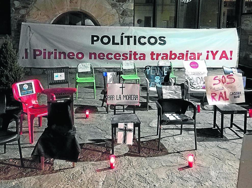 Sillas vacías colocadas ayer en Castejón de Sos como muestra de protesta del sector turístico.