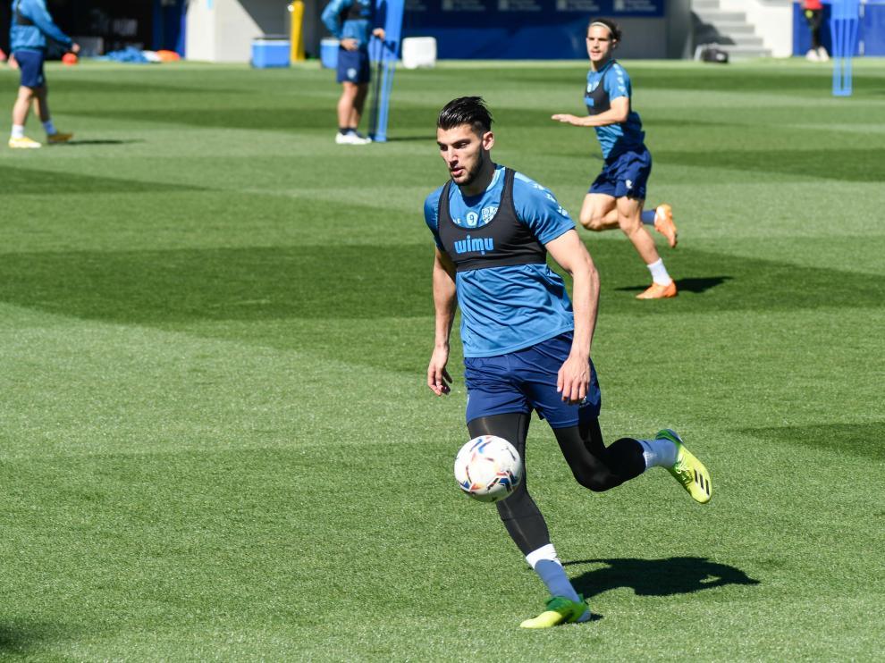 Rafa Mir, en el entrenamiento de este jueves en El Alcoraz.