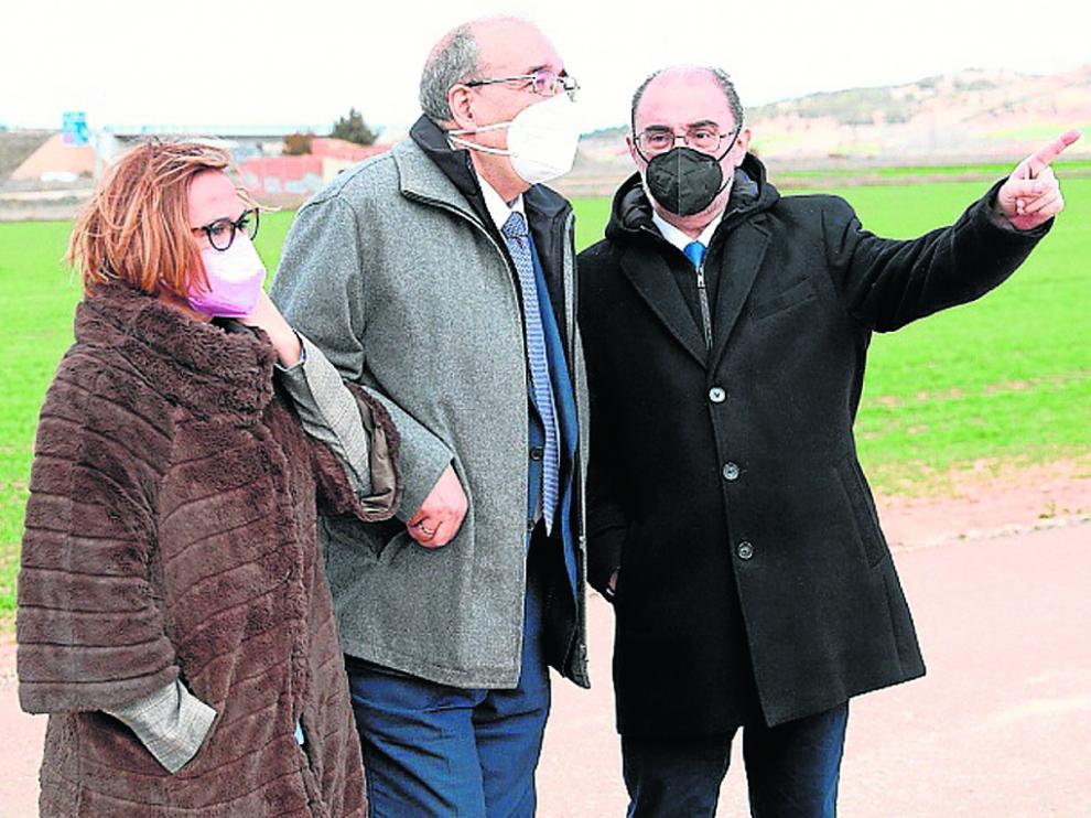 El presidente de Aragón, junto al alcalde y la consejera Mayte Pérez, en el polígono de Calamocha.