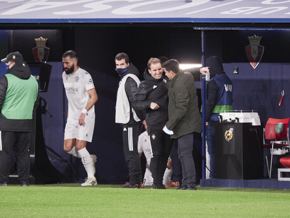 Jagoba Arrasate saluda a Míchel antes de comenzar el partido de ida.