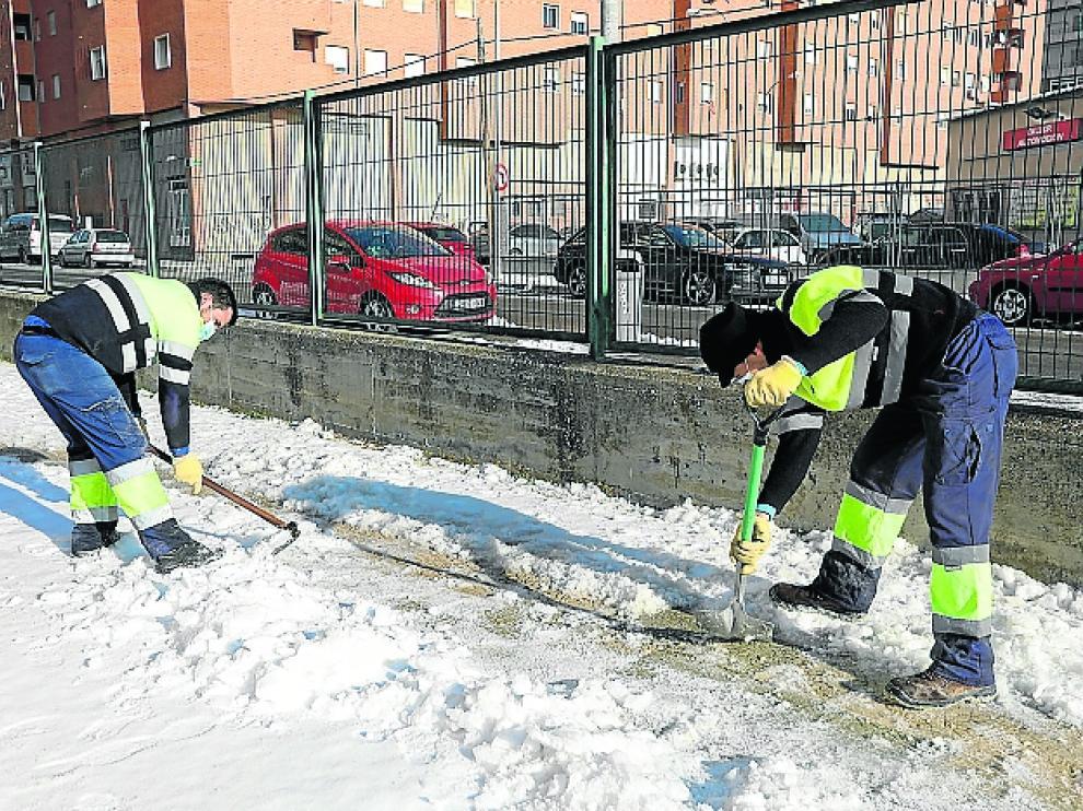 Frio y limpieza de nieve por el temporal Filomena en Huesca / 12-01-2021 / Foto Rafael Gobantes[[[DDA FOTOGRAFOS]]][[[DDAARCHIVO]]]