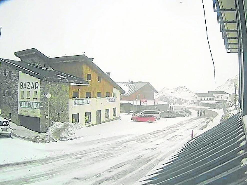 Nieve este viernes en la frontera del Portalet.