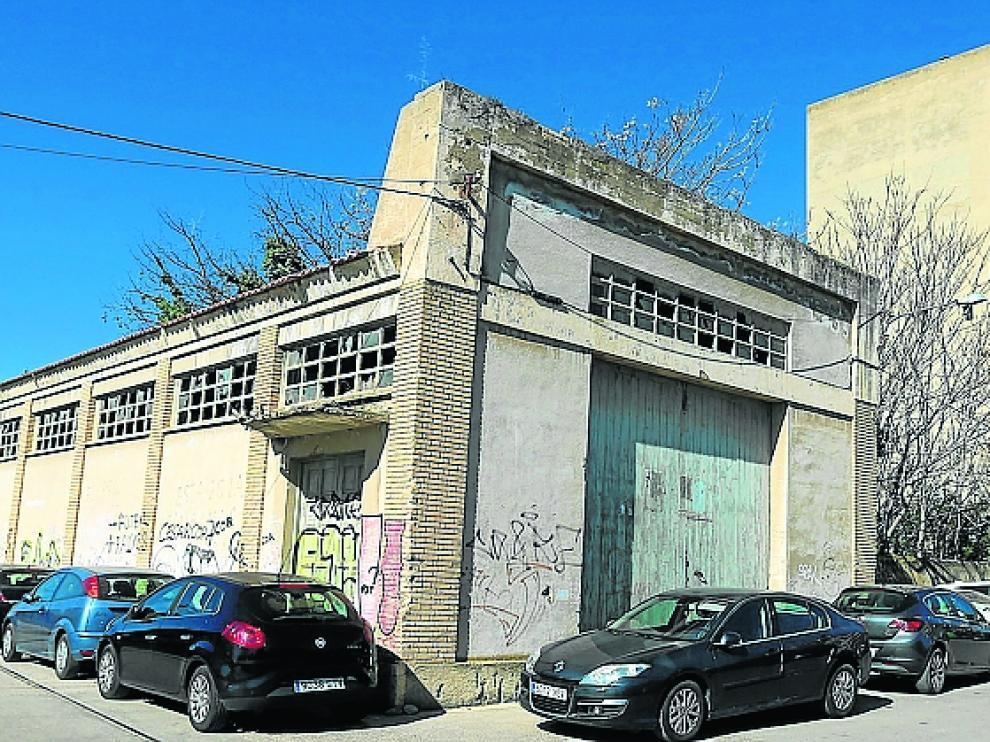 Solo se libran del derribo el edificio de la derecha, de viviendas, y un silo de Fega frente a las vías de la Estación Intermodal.