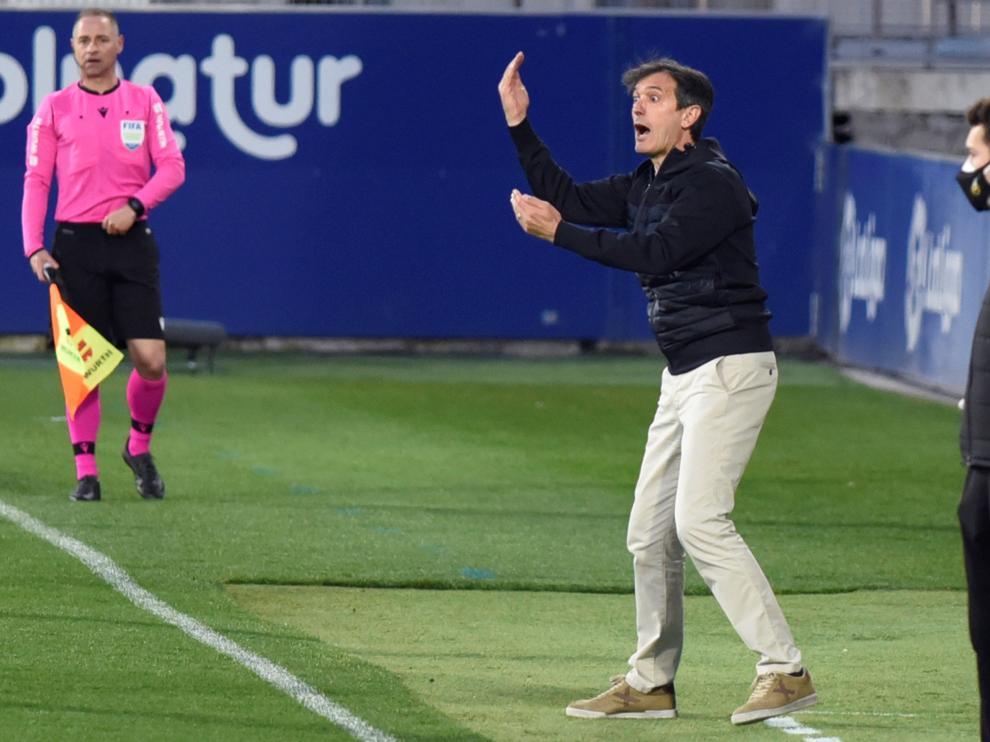 Pacheta da indicaciones en el partido contra Osasuna