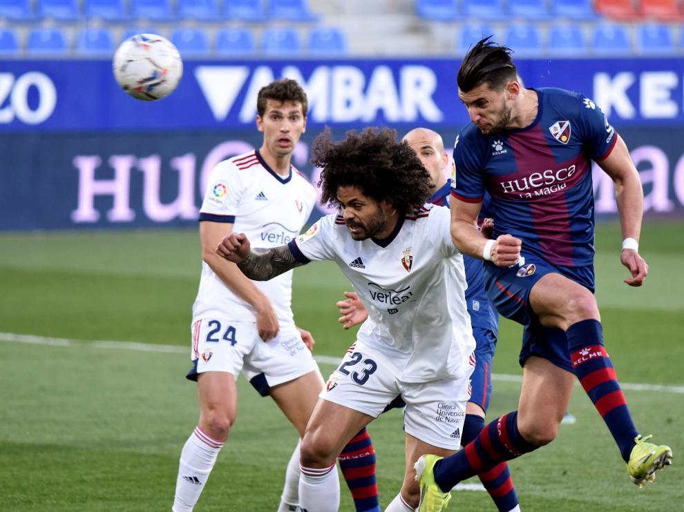 Un momento del encuentro entre el Huesca y el Osasuna.