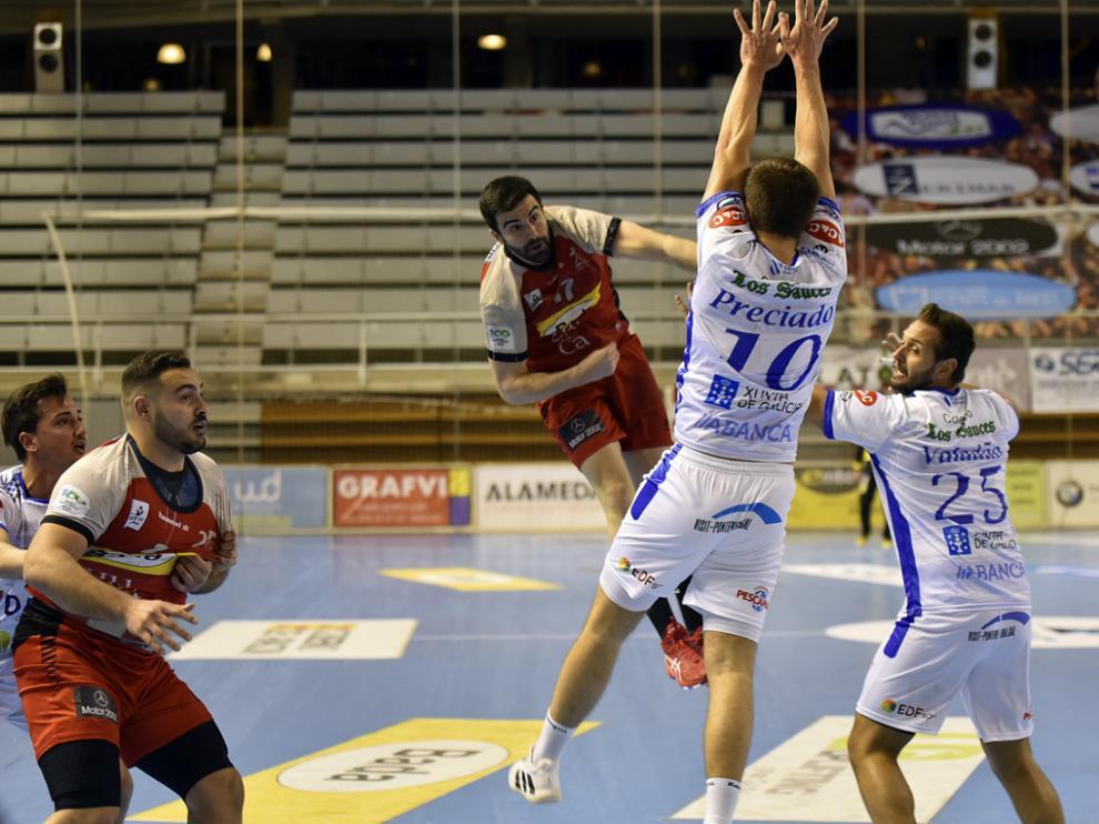 Marcelo supera con su lanzamiento a los defensores del Cisne.