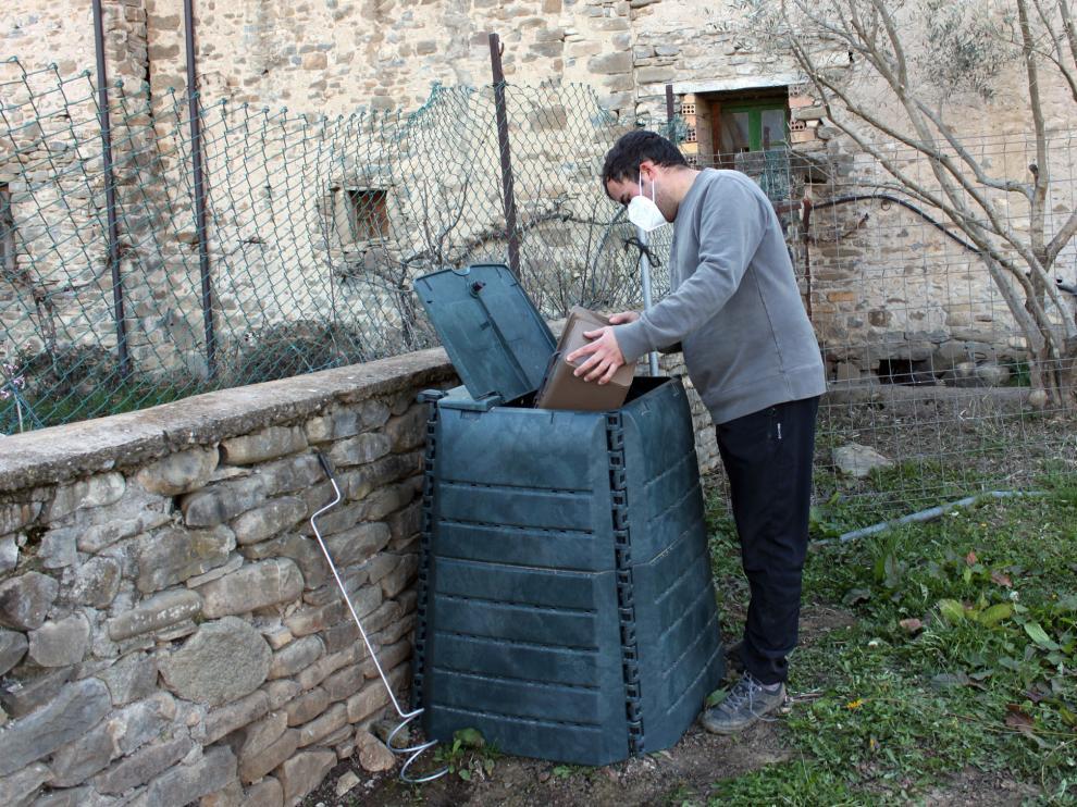 Usando una de las compostadoras domésticas repartidas