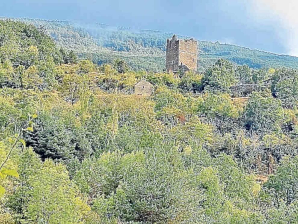 El castillo se funde con el paisaje.