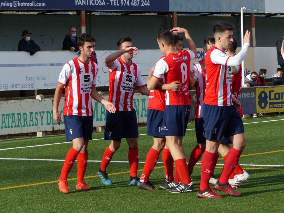 Los jugadores del Sabiñánigo celebran uno de los goles.