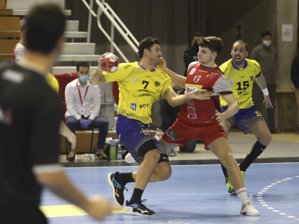Domingo Mosquera defiende a Racotea en el partido con el Bidasoa.