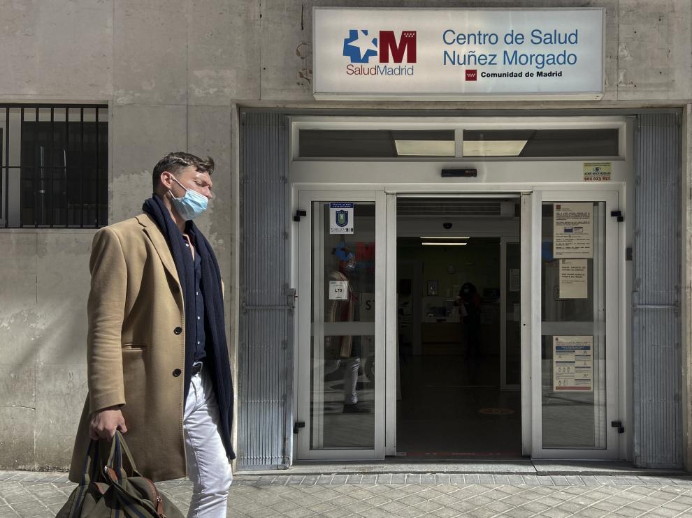 Un viandante pasa frente al centro de salud de Núñez Morgado en el distrito de Chamartín, de Madrid.