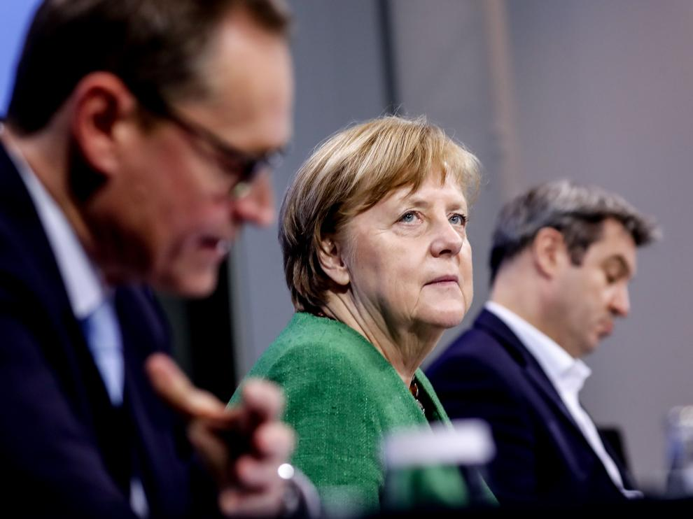 Berlin (Germany), 22/03/2021.- (L-R) Berlin's Mayor Michael Mueller, German Chancellor Angela Merkel and Premier of Bavaria Markus Soeder attend a video conference with German State Premiers about the current coronavirus situation, at the Chancellery in Berlin, Germany, 22 March 2021 (issued 23 March 2021). Germany extended its nationwide lockdown measures until 18 April 2021. (Alemania) EFE/EPA/FILIP SINGER / POOL Germany extends coronavirus lockdown measures to 18 April