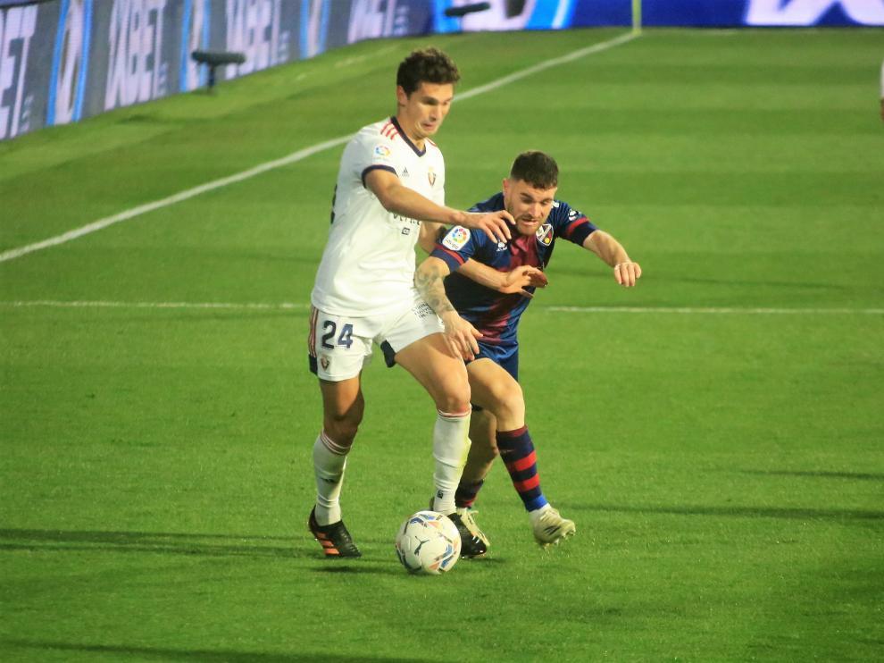 Javi Galán presiona a un jugador rival en el empate ante Osasuna