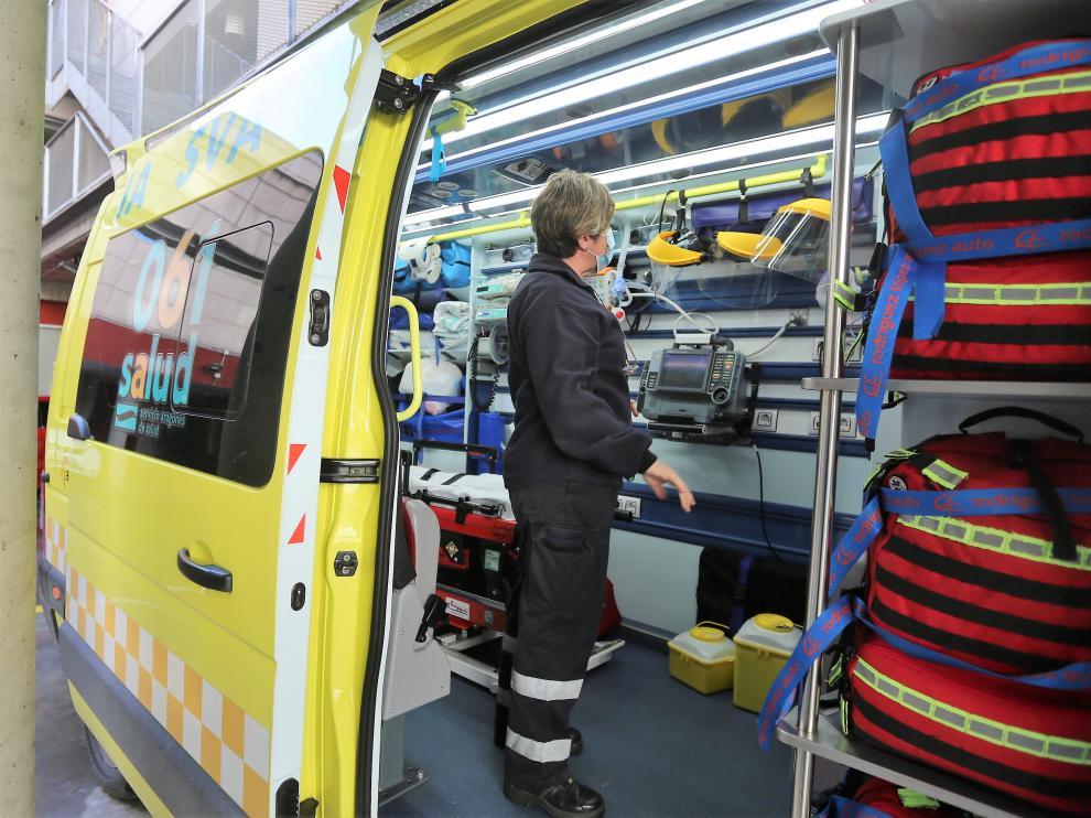 Equipos de emergencia junto al Centro de Salud Pirineos de Huesca.
