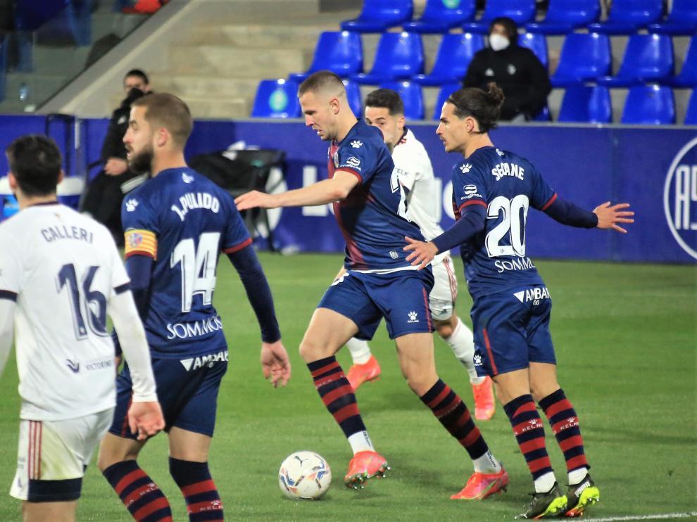 Denis Vavro controla el balón durante el Huesca-Osasuna.