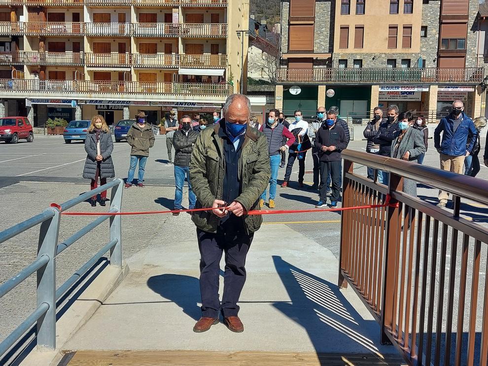 El alcalde de Panticosa, Jesús María Uriz, corta la cinta de inauguración de las Pasarelas.