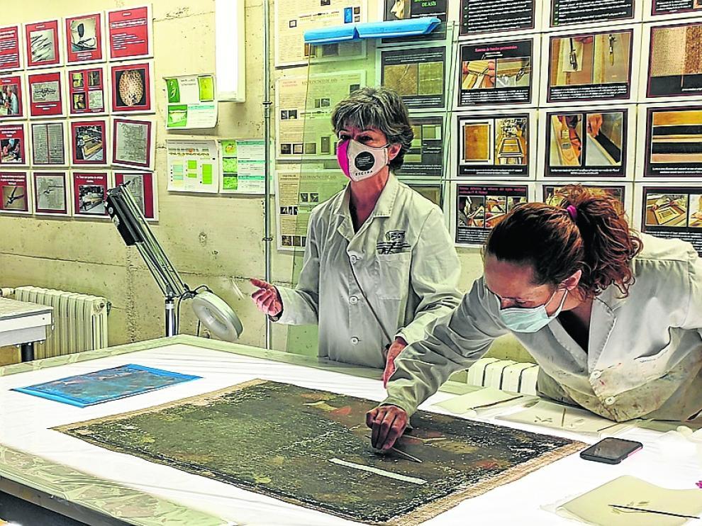 Dos alumnas, junto a su profesora, realizando uno de los trabajos.