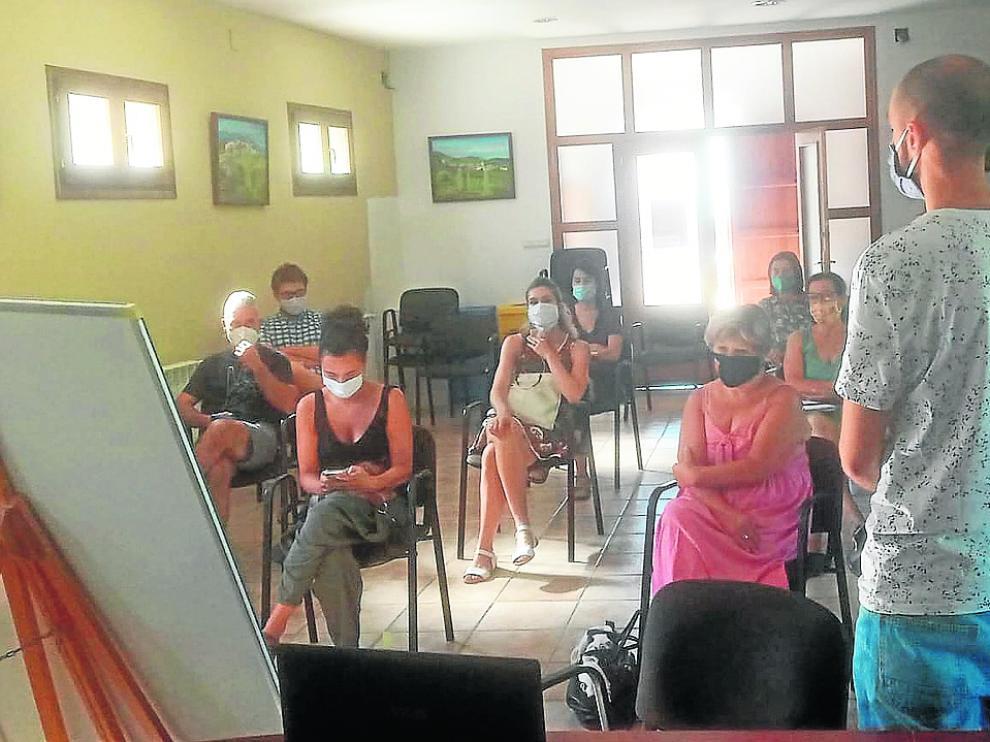 Primer encuentro de colaboradores de Pueblos Vivos en la sede comarcal de Puente La Reina.