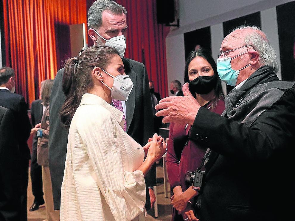 Don Felipe y doña Letizia hablando con Carlos Saura.