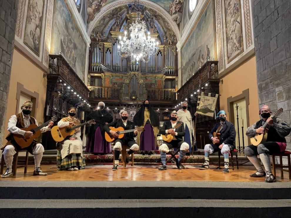 Interpretación de la Jota del Encuentro por el grupo Uruel en la catedral de Jaca.