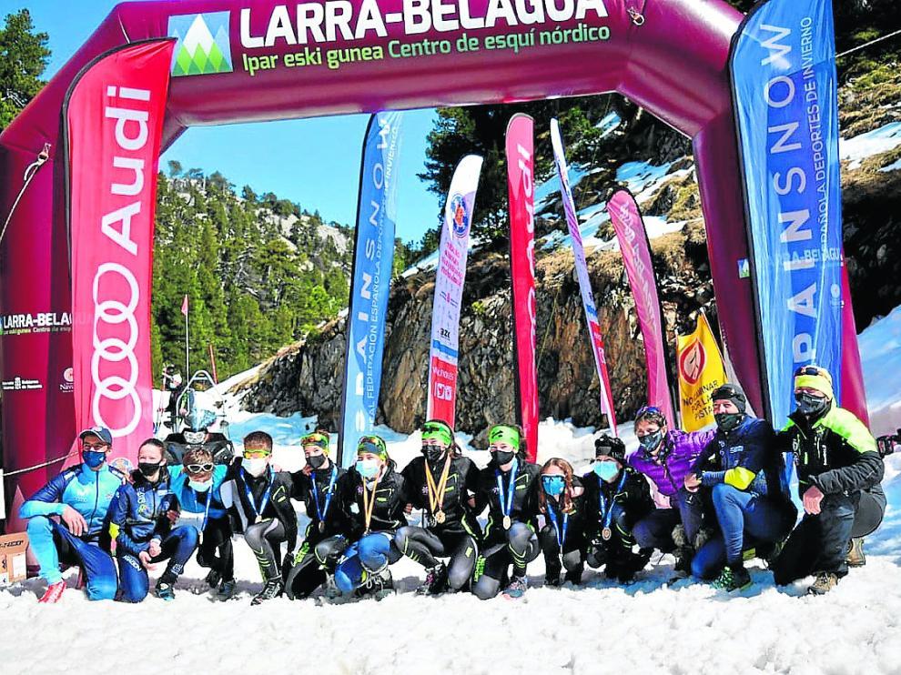 Representantes del Somport Esquí Club en la prueba de Belagua.