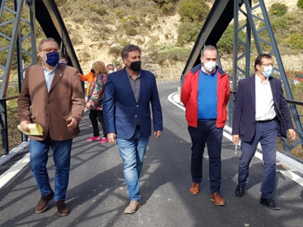 El consejero de Vertebración del Territorio, Movilidad y Vivienda, José Luis Soro, visitando el puente.