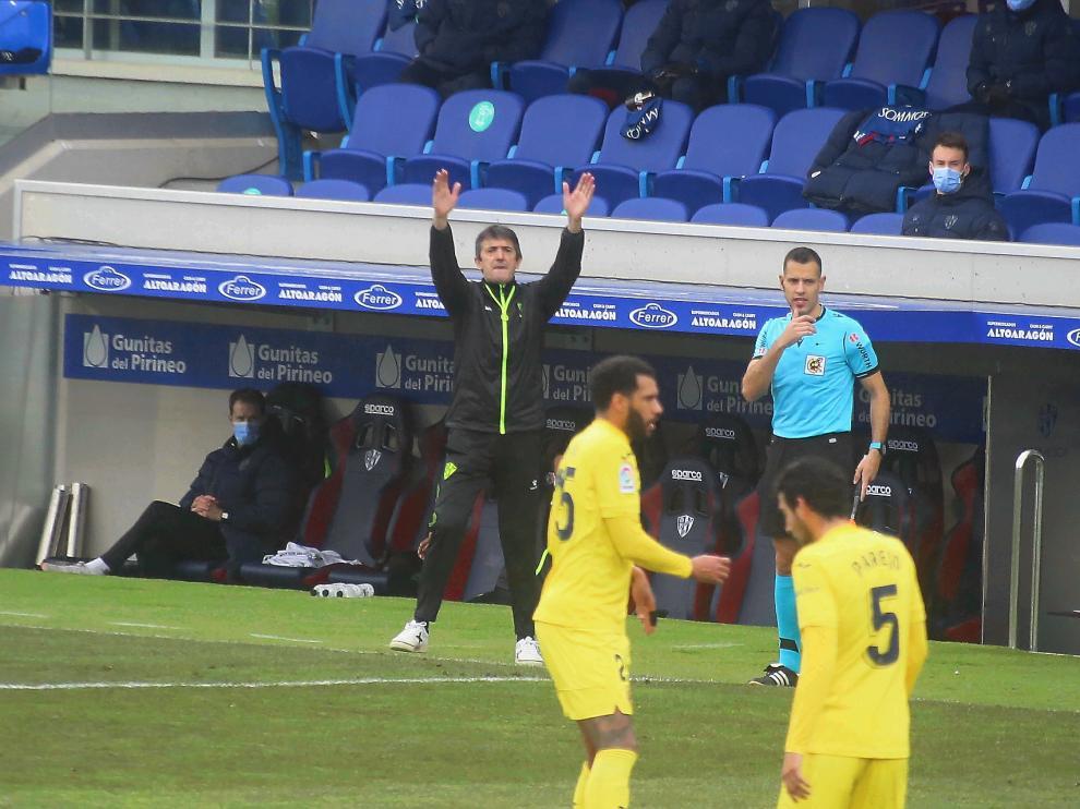Pacheta da instrucciones durante un partido en El Alcoraz contra el Villarreal