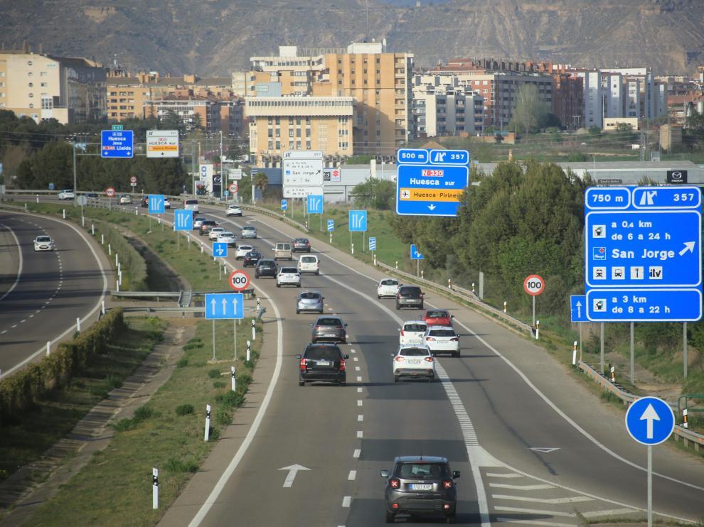 Vehículos en la A-23 en las inmediaciones de Huesca, en la tarde este jueves.