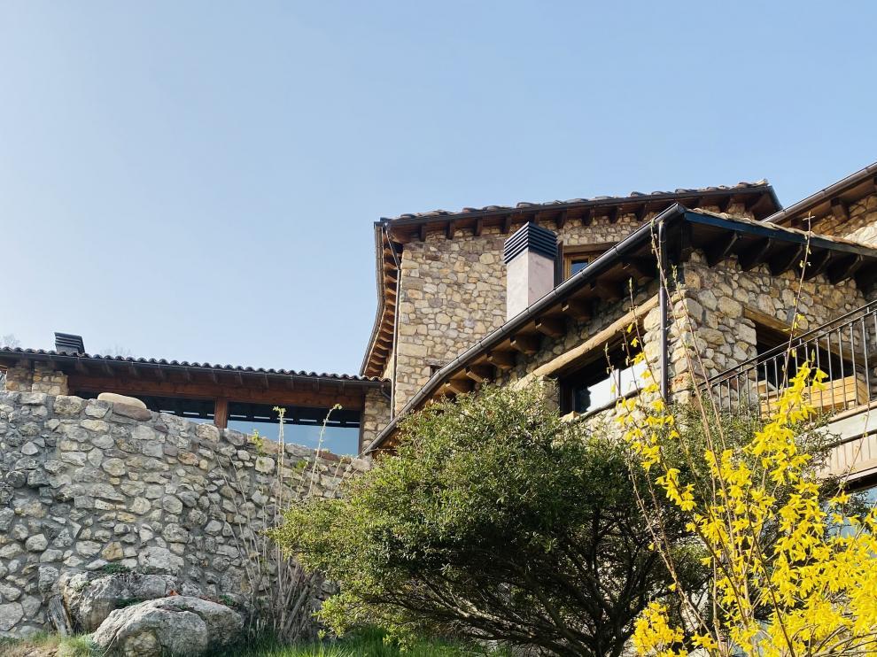 Imagen de la casa de Eric en Buira, que emerge de la naturaleza
