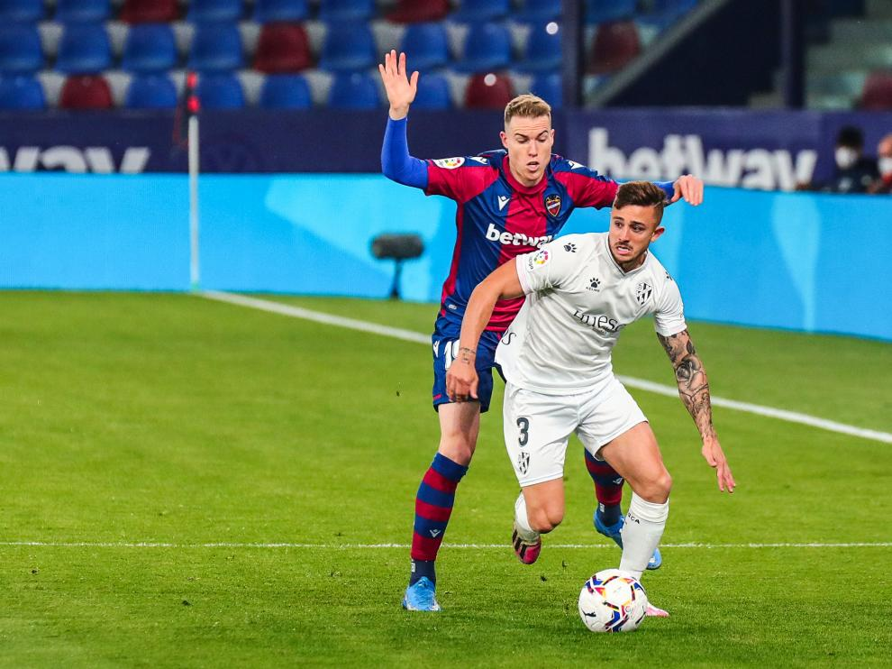 Pablo Maffeo corre con la pelota en el partido ante el Levante