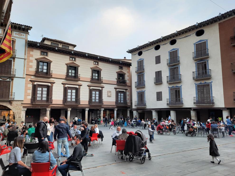 Turistas en la Plaza Mayor de Graus