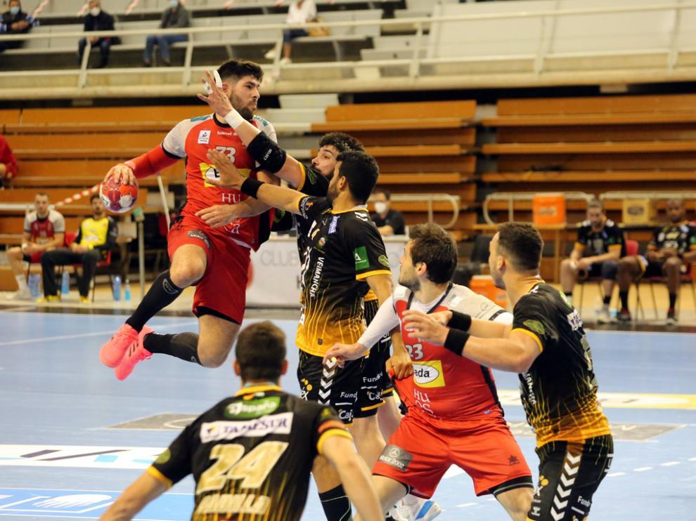 Joao Pinto se eleva ante una defensa de Puente Genil que estuvo muy dura todo el partido.