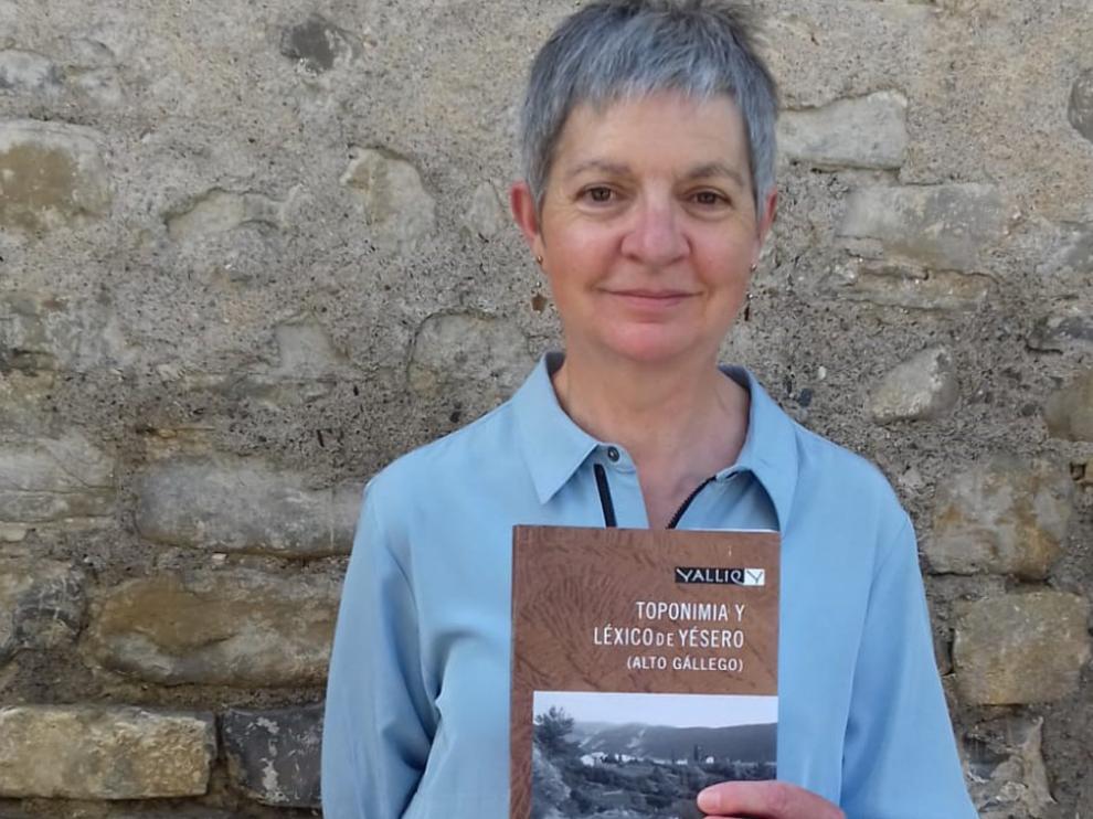 La escritora María Jesús Acín presentó ayer su nuevo libro en la localidad de Yésero, de donde es natural.