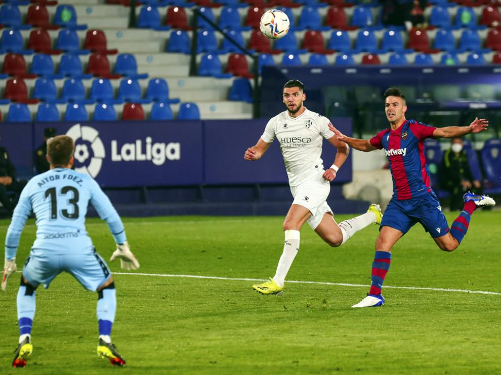 Rafa Mir marcó los dos goles, en la imagen el segundo con una gran vaselina.