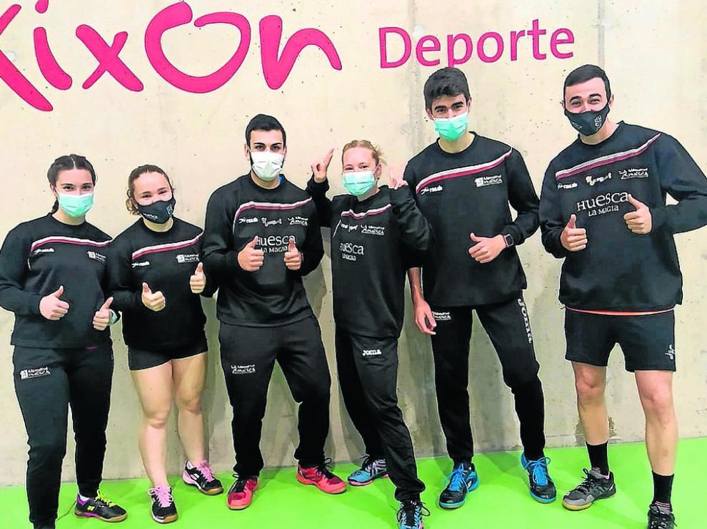 Aurora Otín, Marina Solano, Sergio Saturque, Judit Botaya, Hugo Escuer y Gonzalo Juste, en Gijón.