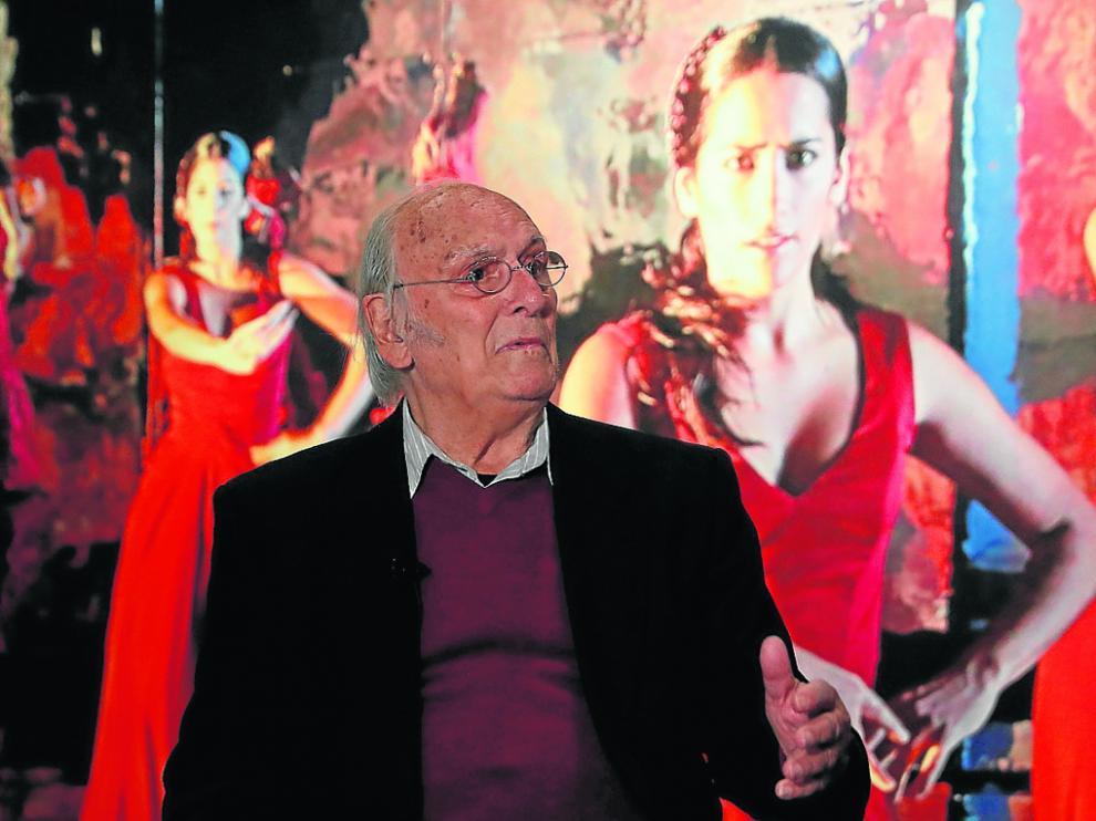 Carlos Saura posa con algunas de las fotografías que se pueden ver en la exposición.