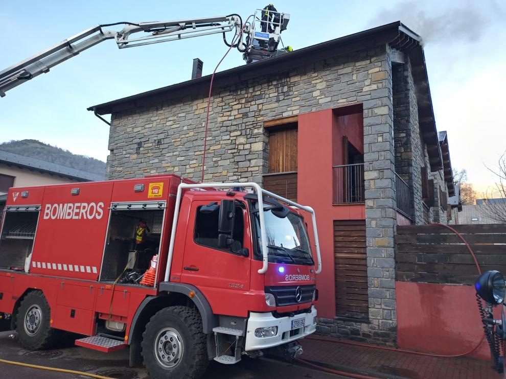 Los bomberos tratan de sofocar el fuego declarado en una vivienda de Castejón de Sos