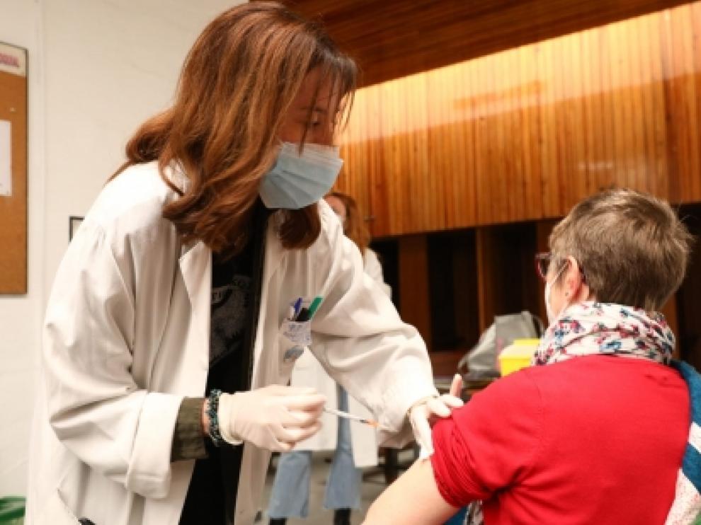 Inicio de la vacunación a los nacidos en 1956 por parte de los profesionales del centro de salud Puerta del Carmen.