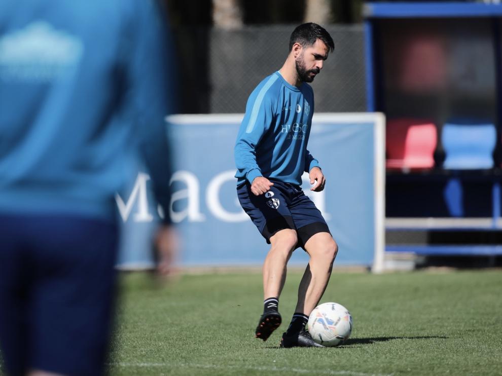 Pablo Insua controla el balón en un entrenamiento.