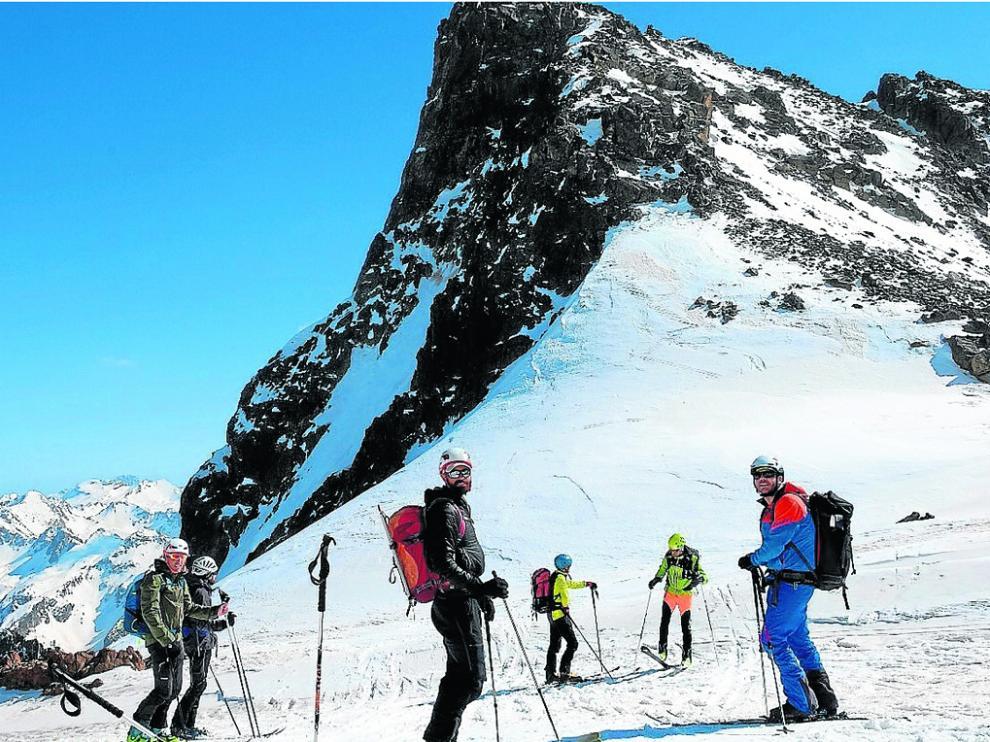 Los esquiadores de montaña de Peña Guara, en el Collado de Saretas, listos para el descenso final.