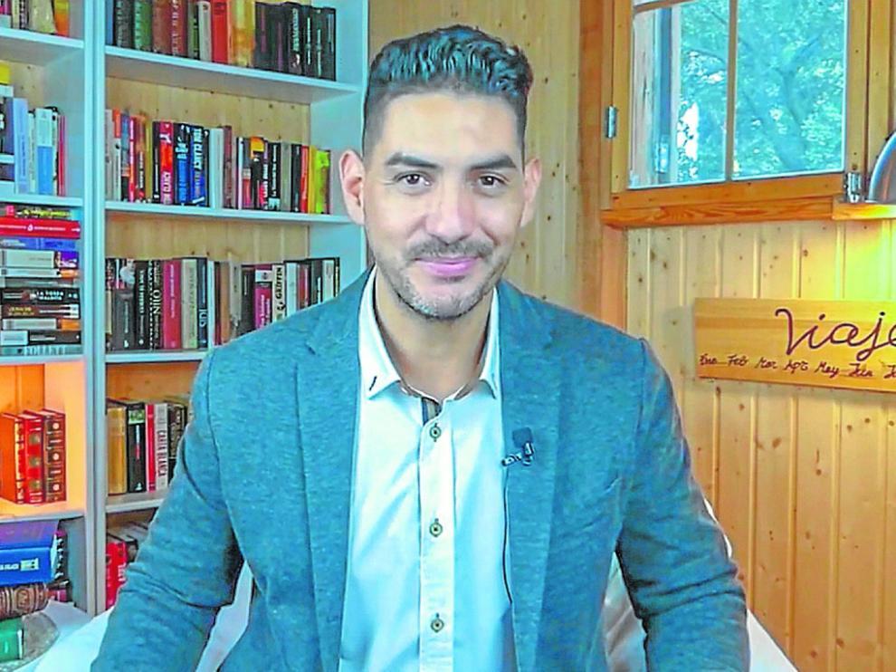 Sebastián Darpa durante la grabación de los cuentos.