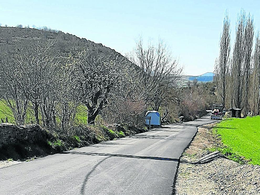Trabajos de asfaltado de la carretera de acceso a la localidad de Javierre del Obispo, donde viven 25 vecinos.