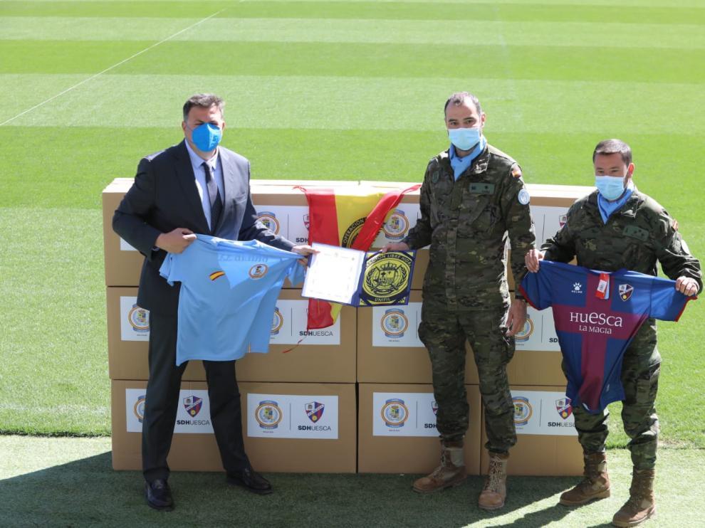 Manuel Torres ha hecho entrega de material deportivo del Huesca que irá donado al pueblo libanés.