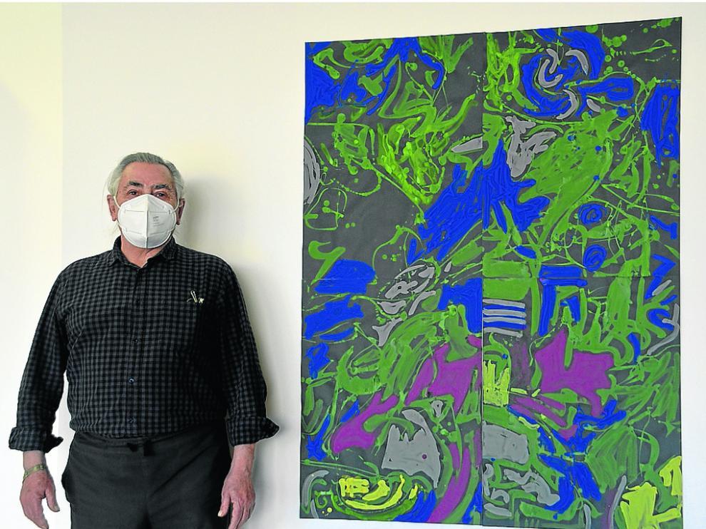 Fernando Estallo, este lunes junto a uno de los cuadros que expone en Barbastro.