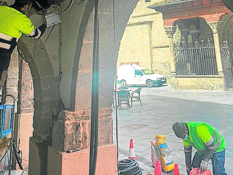 Trabajos en instalaciones eléctricas situadas en los porches de la plaza de la Catedral.