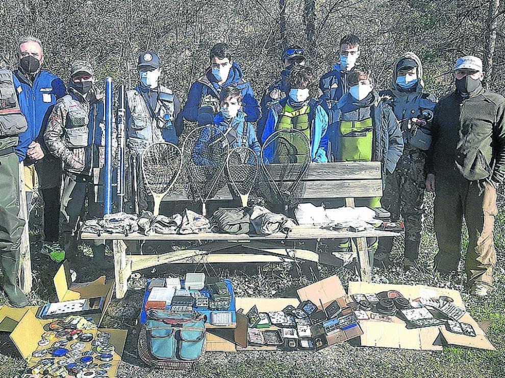 Los jóvenes pescadores de la Escuela, con el material donado por José María Abós.