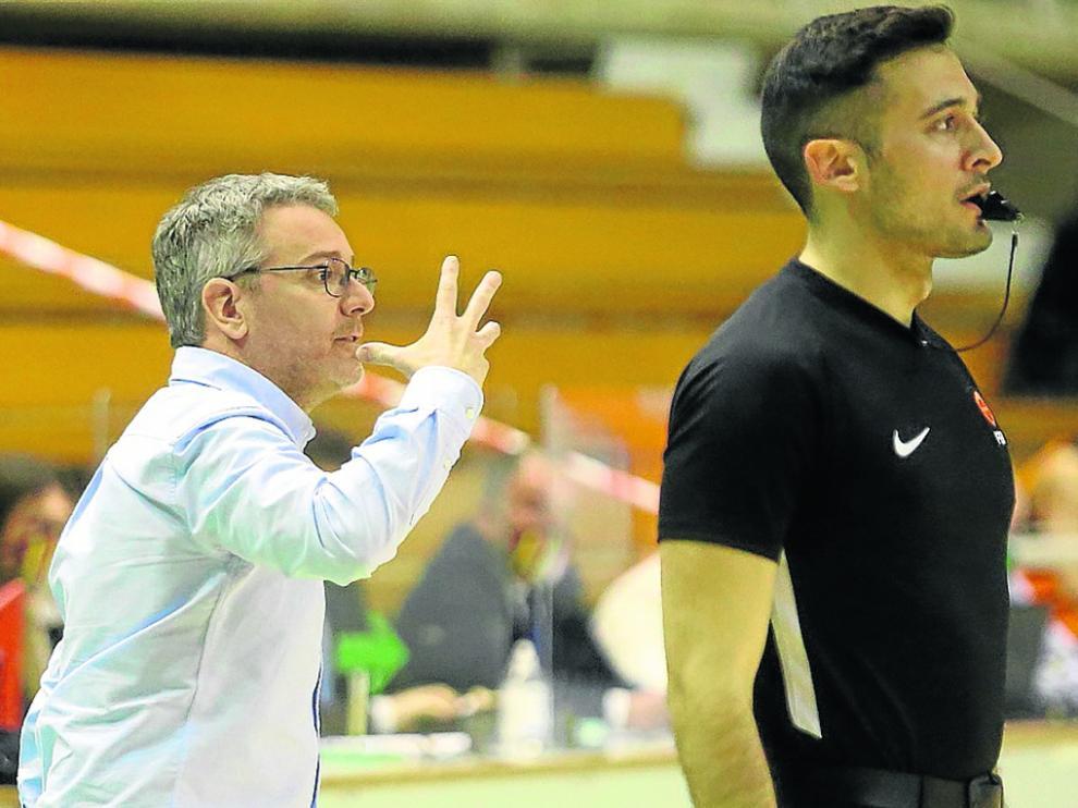Óscar Lata da indicaciones a sus jugadores en un partido de esta temporada.