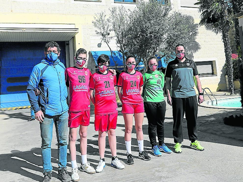 Toño Lasaosa, a la izquierda, junto a jugadores y al coordinador de la cantera, Néstor Oliva.